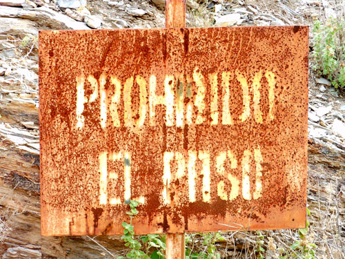 Photo of prohibado el paso sign