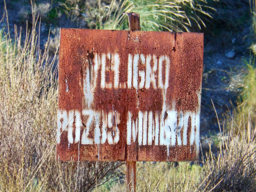 Photo of peligro pozos mineros sign